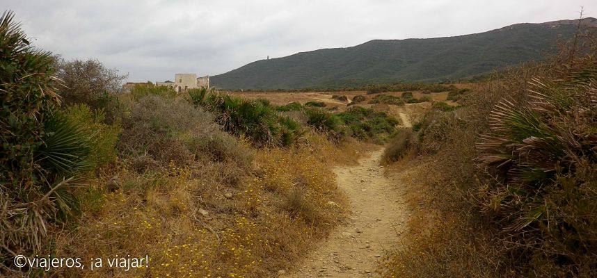 Inicio del Sendero con torre del fraile. Estrecho